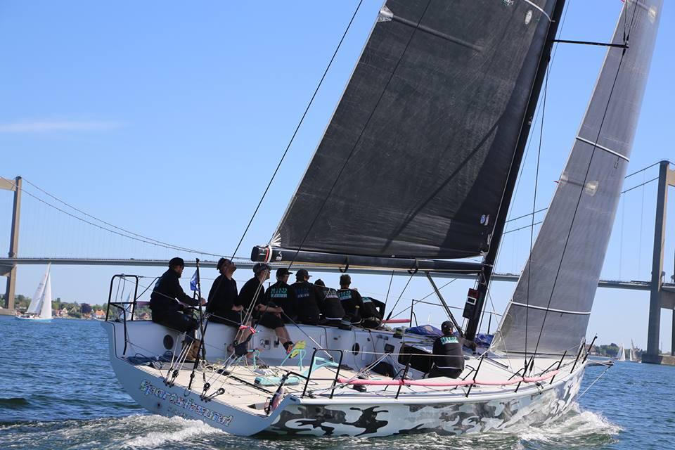 Soto 40 med Jesper Radich sejlede klogt fra start, hvor de stak af fra næsten alle andre store både, en Melges 32 fra Kerteminde, styret af Kim Haugaard ved roret, kunne dog følge tyskerne helt til den nye Lillebæltsbro. Foto: Troels Lykke
