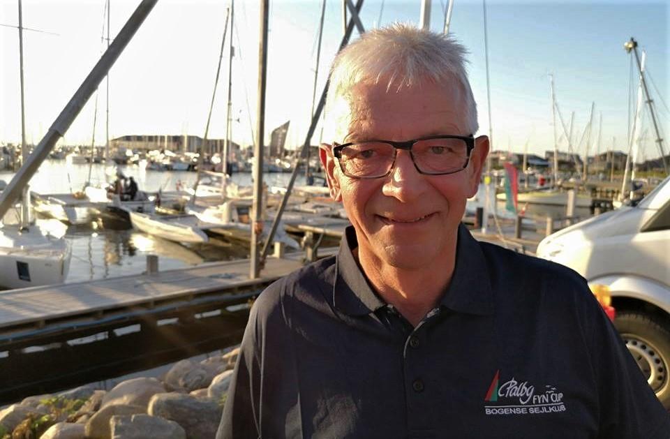 Poul Erik Nielsen har været stævneleder for Palby Fyn Cup i mere end 25 år. De seneste to år er han begyndt at sejle med i sin X-99er. Foto: Troels Lykke