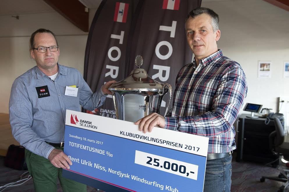 Nordjyden Bent Ulrik Niss (t.h.) modtager her sidste års pris, overrakt af Christian Hangel. Foto: Flemming Ø. Pedersen/Dansk Sejlunion