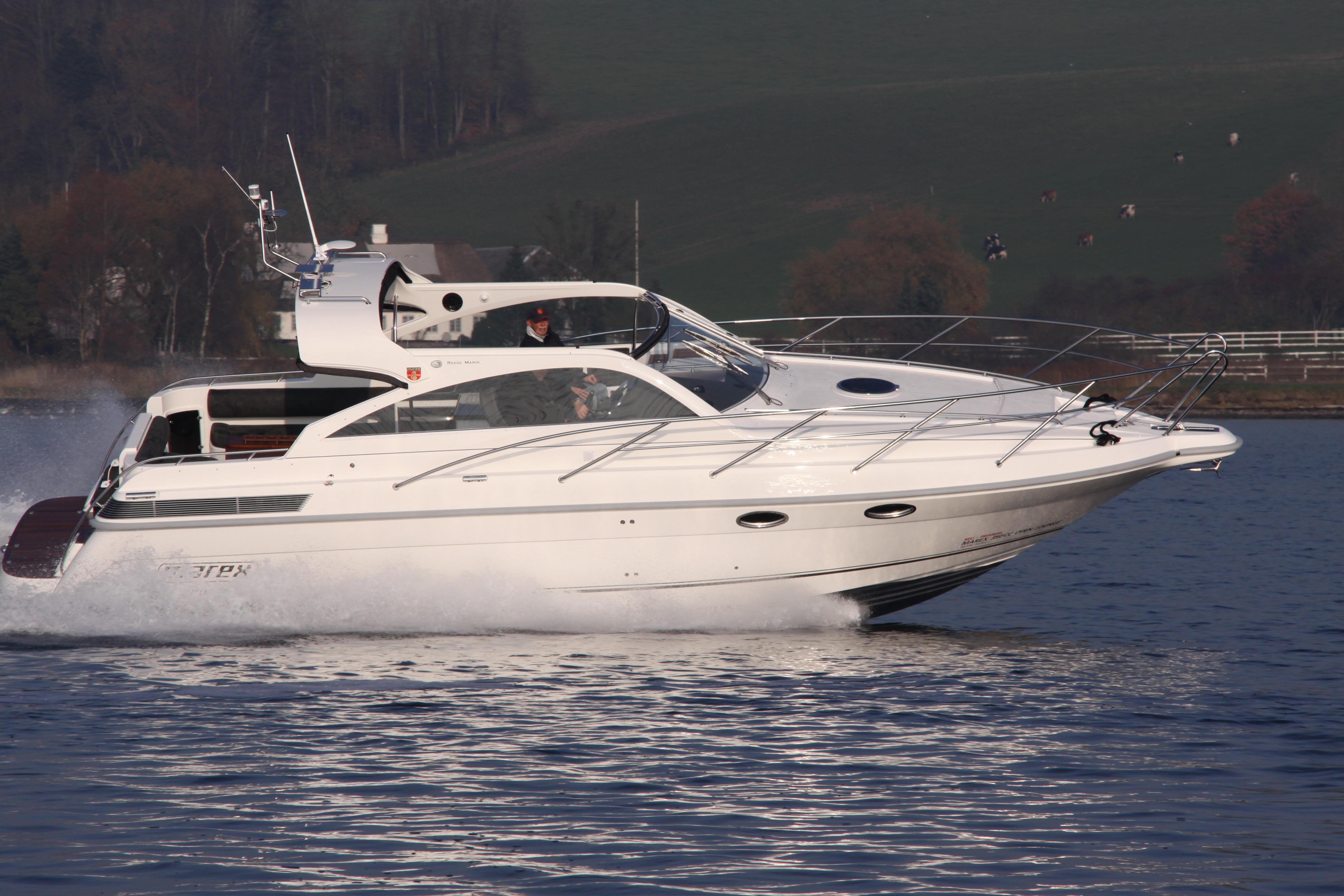 Den nye 2012 udgave Marex 350 CC OPEN Lounge  med 38 Knobs fart under testsejlads. Besøgende kan teste den i Neustadt eller til daglig på Flensborg fjord efter aftale.