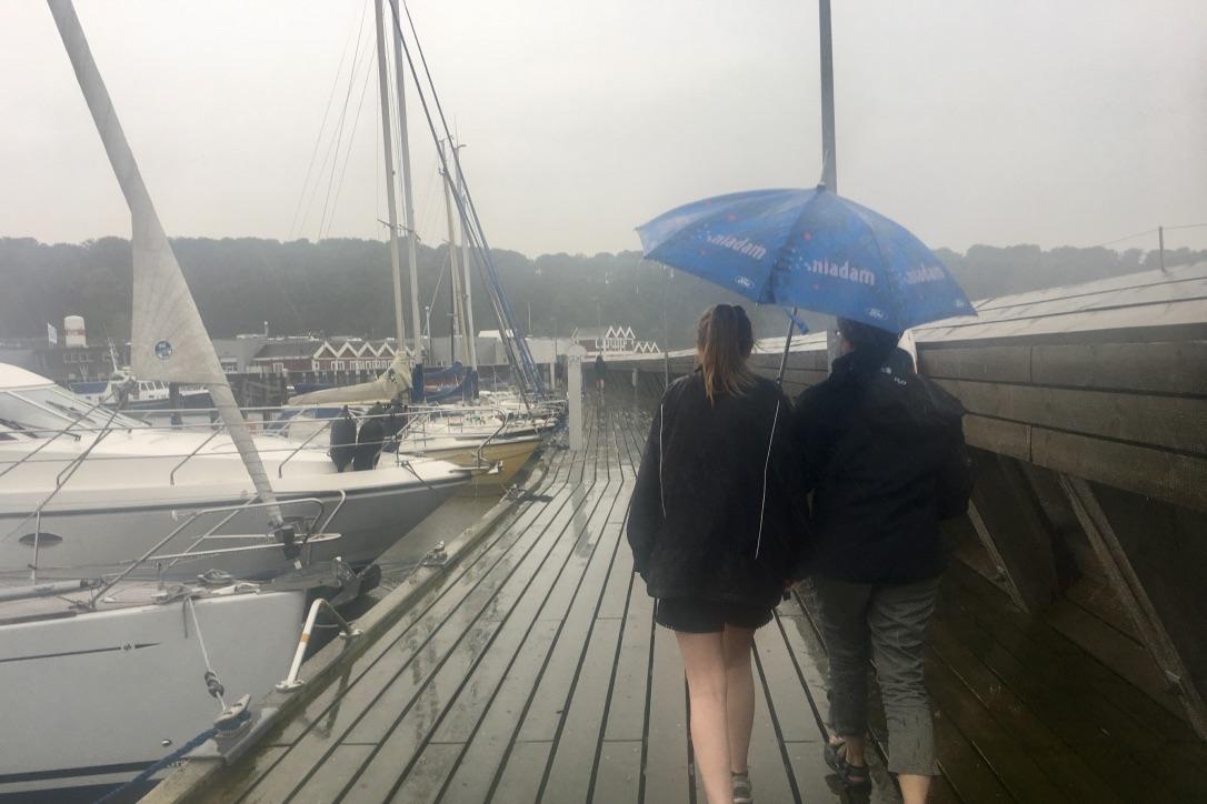 Paraplyen må fortsat findes frem, hvis du bevæger dig på havnen den kommende måned. Foto: Sara Sulkjær