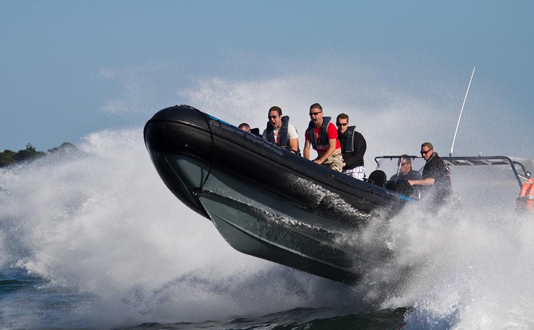 Forsikringen skal dække både personskade, tab af forsørger og skade på ting. Er speedbåden eller vandscooteren ikke forsikret, må føreren ikke benytte den.