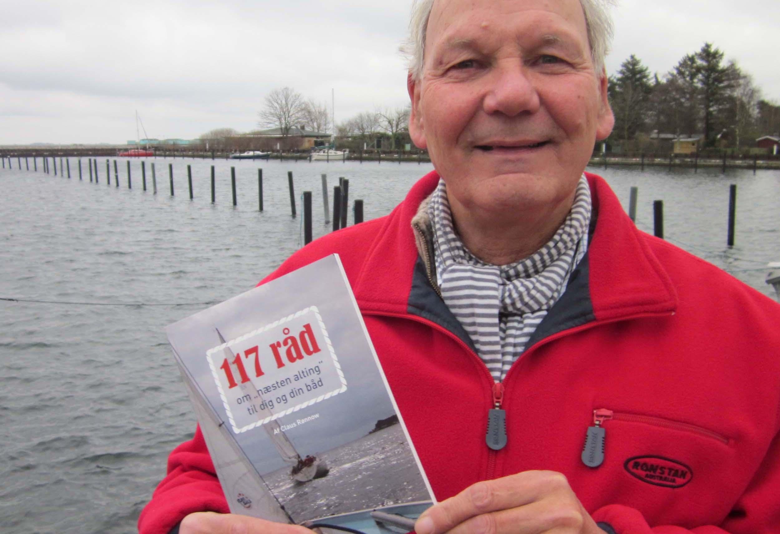 Claus Rønnow i Sundby Havn med sin bog. Foto: Troels Lykke