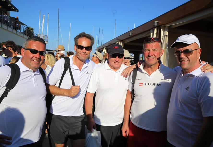 Til højre står Henrik Jansen, der tidligere har sejlet Farr 40 blandt andet. Her ses de i Porto Cervo før start. Foto: Troels Lykke