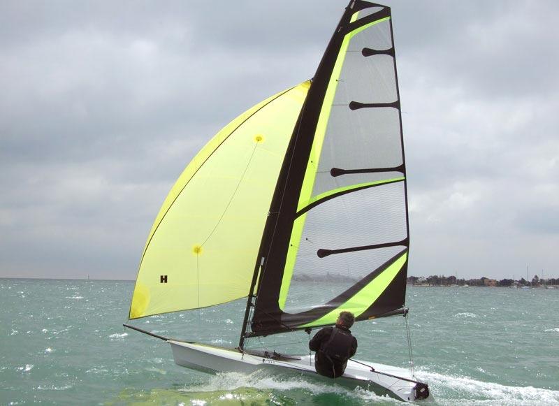 """RS100 er en af de mere """"voksne"""" joller i RS Sailings portefølje. foto: www.rssailing.com"""