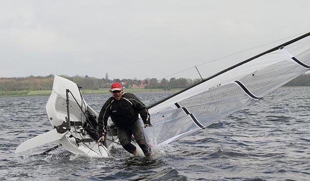Deres udsendte vælter med vilje, en gang kæntrede vi ufrivilligt, da båden lå stille, pas på med at sætte dig ud på vingen, hvis du ikke sejler... Foto: Søren Svarre