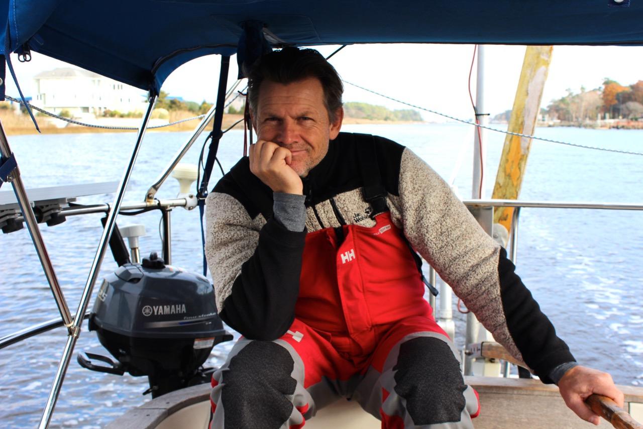 Henrik keder sig lidt med al den motorsejlads på den 30 fods svenske båd, hvor der er en del tekniske udfordringer. Foto: Signe Storr