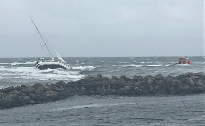Der er tydeligvis ikke meget vand ved siden af sejlrenden i Asaa. Her trækkes Rune Dyrvig og familien fri af redningsbåd fra Sæby. Foto: Sæby Redningsstation