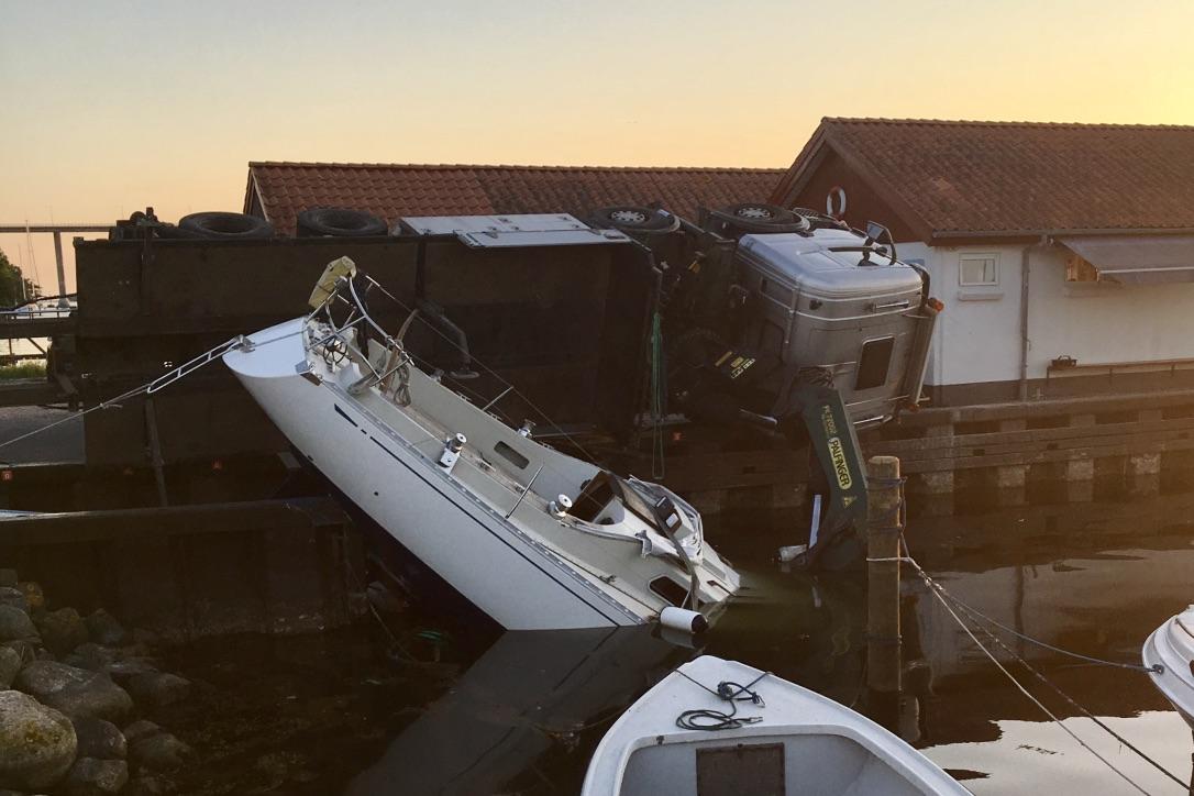 Sådan så det ud på havnen i går aftes. Sagitta 35'eren er efter mange timers arbejde nu atter på land. Foto: Martin Tøt