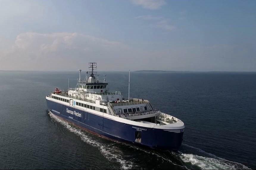 Samsøfærgen sejler hovedsagligt på naturgas, men bruger blandt andet diesel under havnemanøvrer. Foto: YouTube