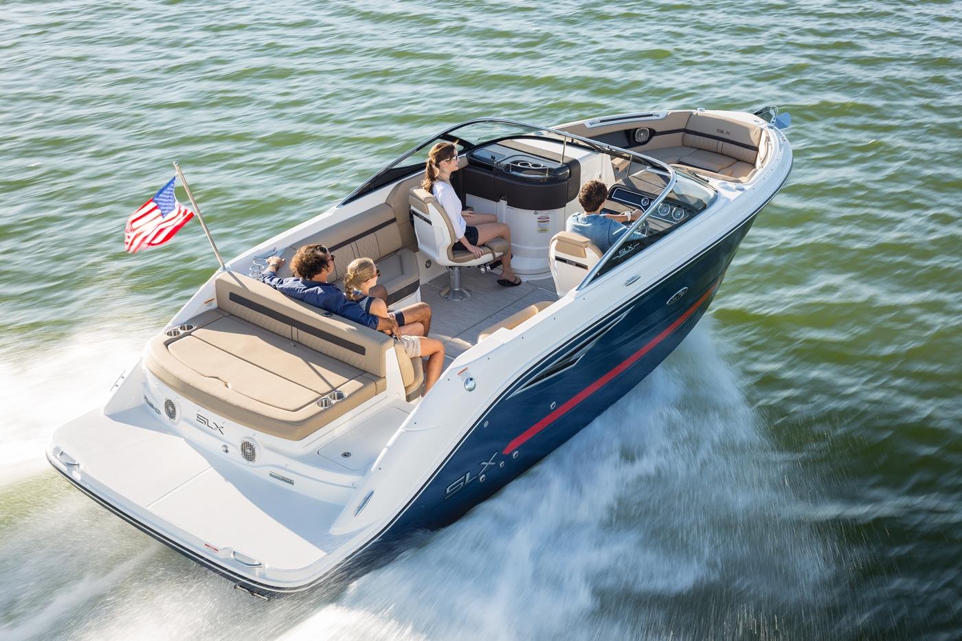Polstrede cockpit er typisk for mange amerikanske både, der gør meget for at skjule det mindre charmerende glasfiber på den 25 Sea Ray 250 SLX. PR-foto