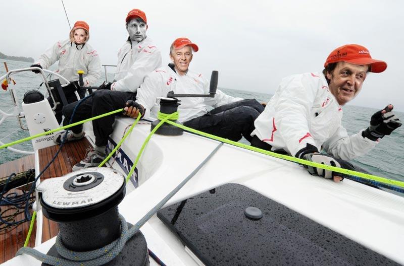 En besætning med Masja Vang, Mads Mikkelsen, Villy Søvndal og Poul McCartney. Så skulle kendiseffekten vist være hjemme! Collage: Katrine Bertelsen
