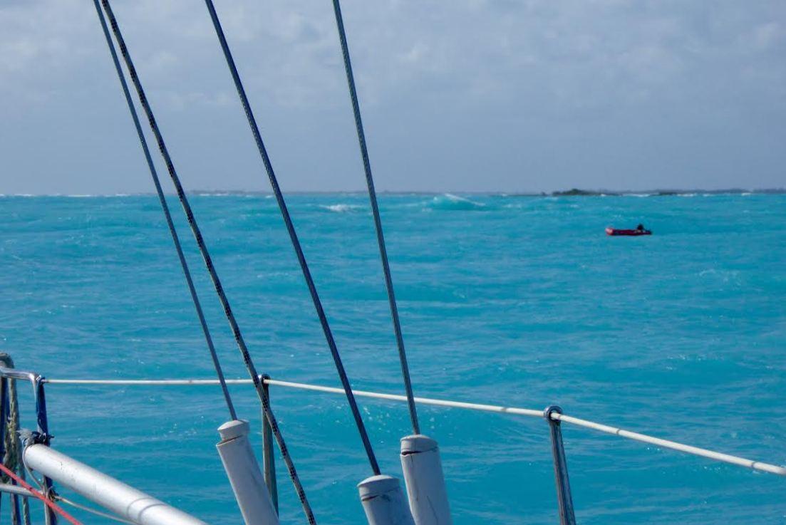 Vi holder øje med vores gummibåd, der har revet sig løs. Foto: Signe Storr