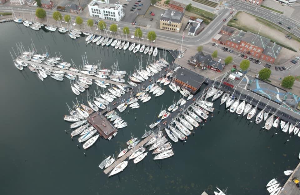 Der er ikke 400 både med i år i Silverrudder. Det har blæst for meget. Men nu 22 timer efter planlagt start, er sejladsen i gang i sol og medstrøm. Foto: Henrik Jørgensen