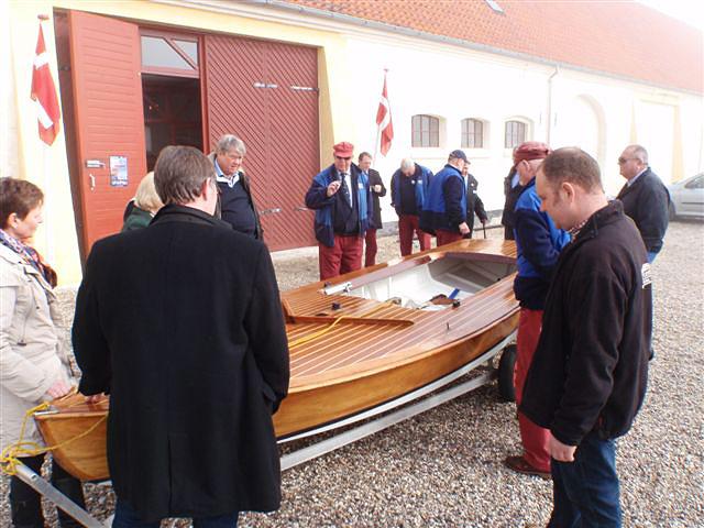 """Pirette inspiceres og beundres af museets folk og en flok """"gamle"""" Skovshoved-sejlere. Foto: Henrik Rees"""