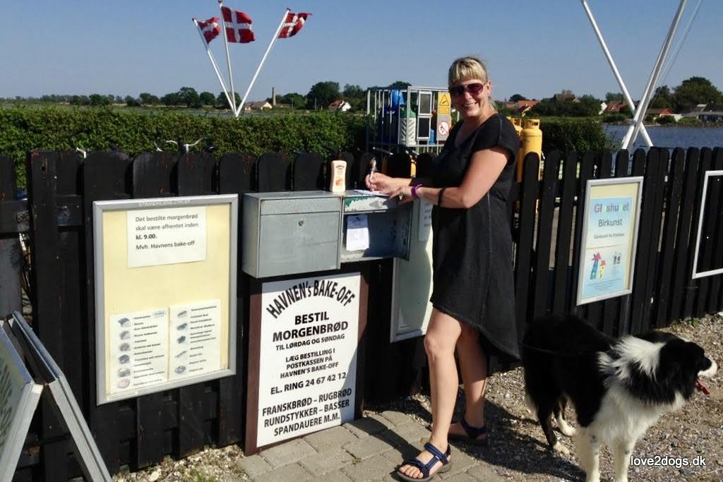 Sofie Fjeldsted Olsen i færd med at bestille morgenmad, hvilket foregik ved at smide en seddel i postkassen. Foto: Privatfoto