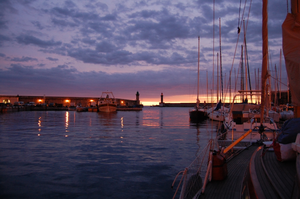Solen står op over et nyt år i den gamle havn i Bastia. Foto: Malene Wilken.