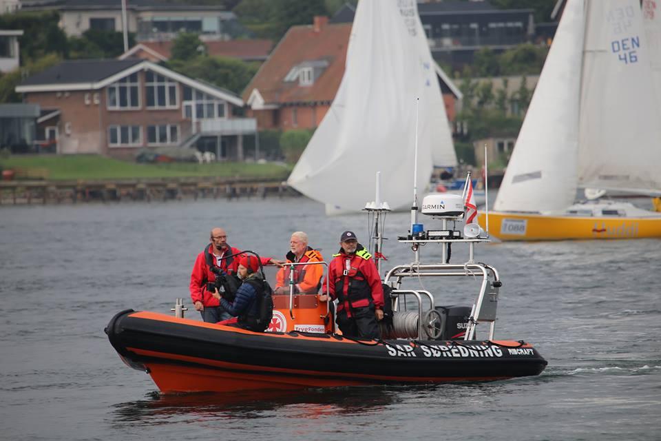 Dansk Søredningstjeneste fra Rudkøbing er her på job under Silverrudder hvor 400 solo-sejlere var med i weekenden rundt om Fyn fra Svendborg. Foto: Troels Lykke