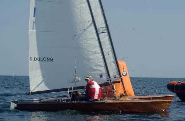 Søren Andreasen går her over mållinjen i sidste sejlads og slår akkurat tysk sejler og vinder EM i Contender.