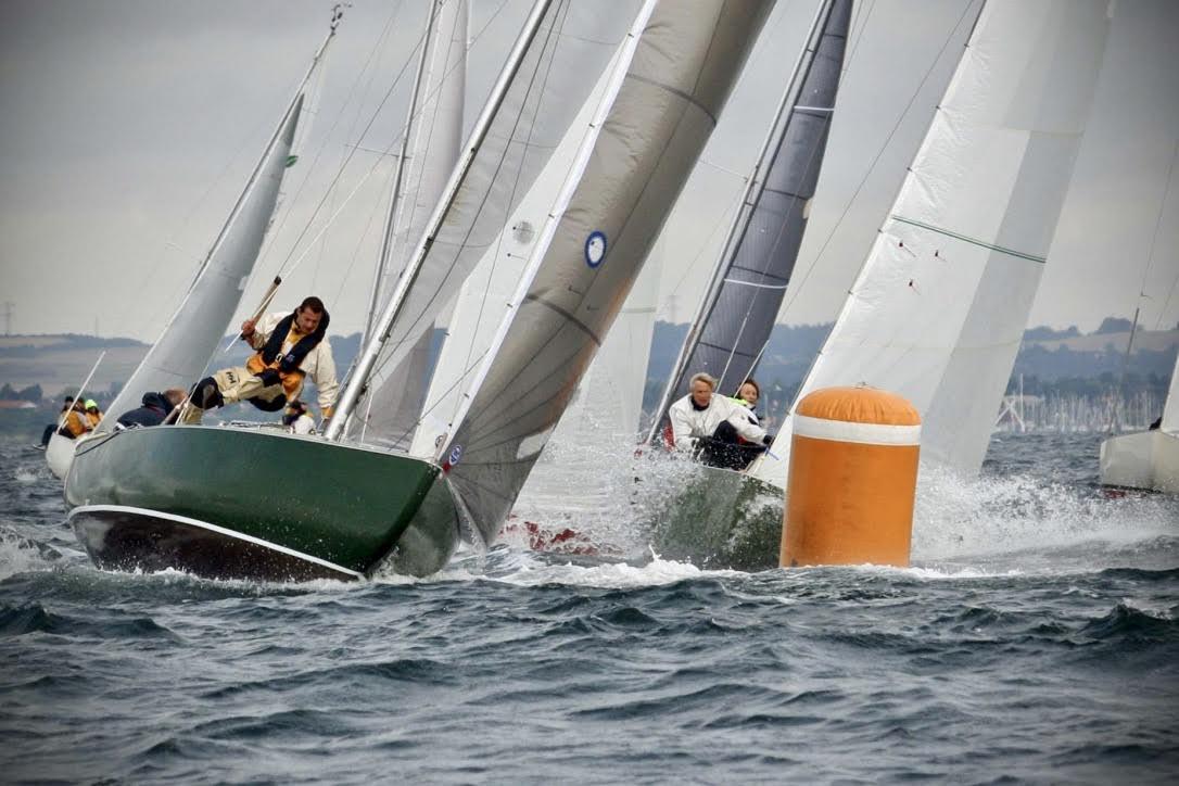 Flere Spækhugger-sejlere bruger timevis i båden for at optimere den til enten tur- eller kapsejlads. Foto: Spækhugger-klassen