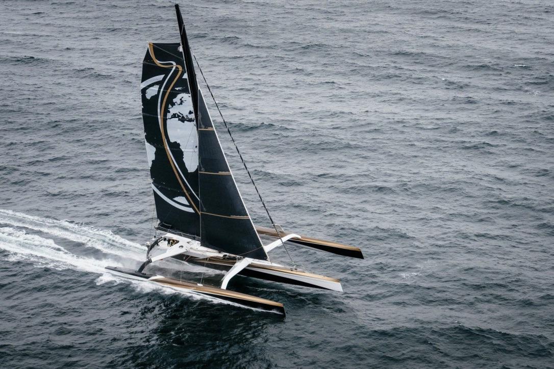 Teamet sejler denne gang med en lavere mast, end det er set ved flere af de tidligere rekordforsøg. Foto: Spindrift Racing