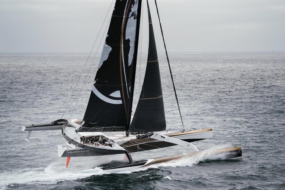 Den 131 fod lange trimaran har forud for Jules Verne Trophy-forsøget fået en ny, specialdesignet mast på 42 meter. Foto: Spindrift Racing