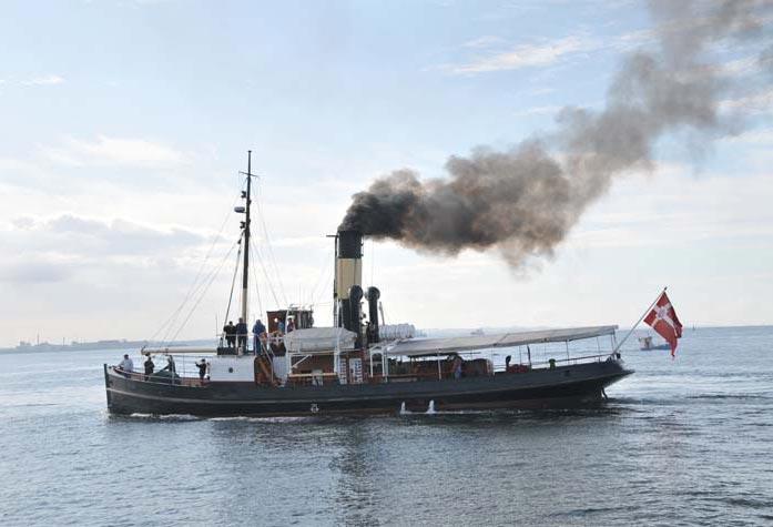 """Synet af røgsøjlen fra en ægte damper kan opleves rundt om Fyn og i en række fynske havne i næste måned, når den 104-årige s/s """"Bjørn"""" fyrer op under kedlen."""