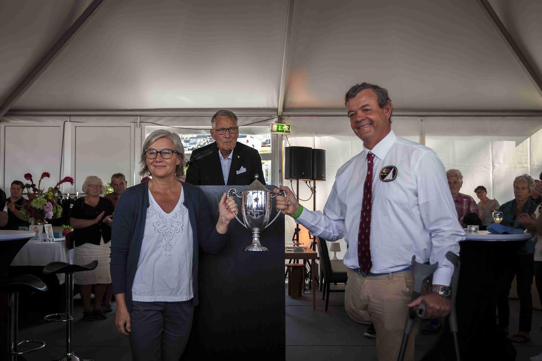 Paul Elvstrøms datter Trine overrækker her sølvpokalen til Star-præsident Lars Grael. Foto: Sonni K. Frederiksen