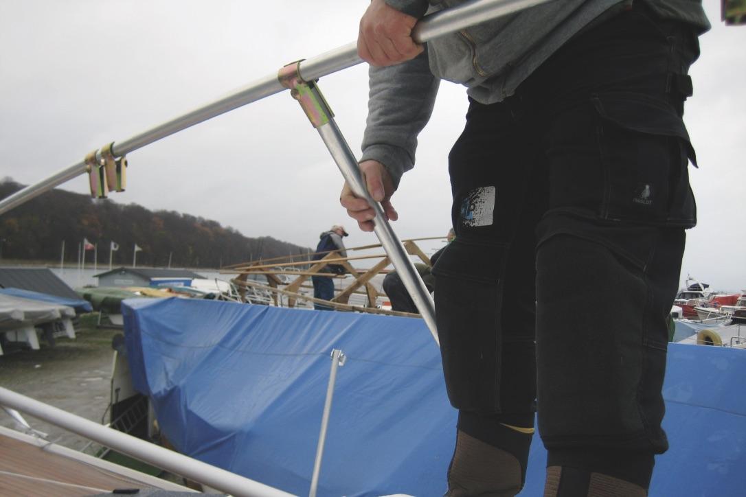 Stativet fra Palby Marine monteres let, mens en presenning fra awn24 kan gemme båden væk i vinter. Foto: Palby Marine