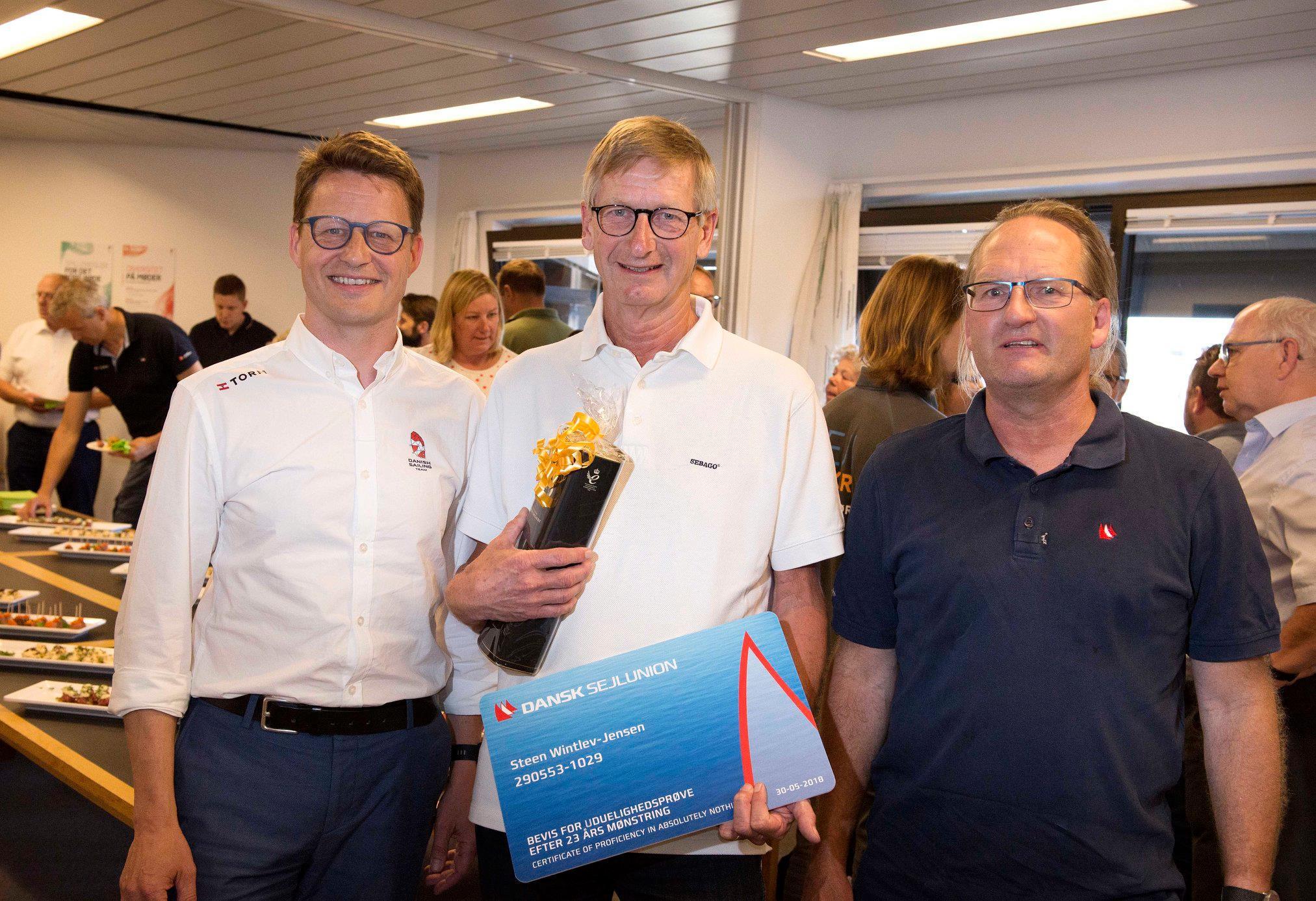 Steen Wintlev i midten - med bestyrelsesmedlem i Dansk Sejlunion, Christian Sparre Hangel, til højre og generalsekretær Mads Kolte-Olsen til venstre.