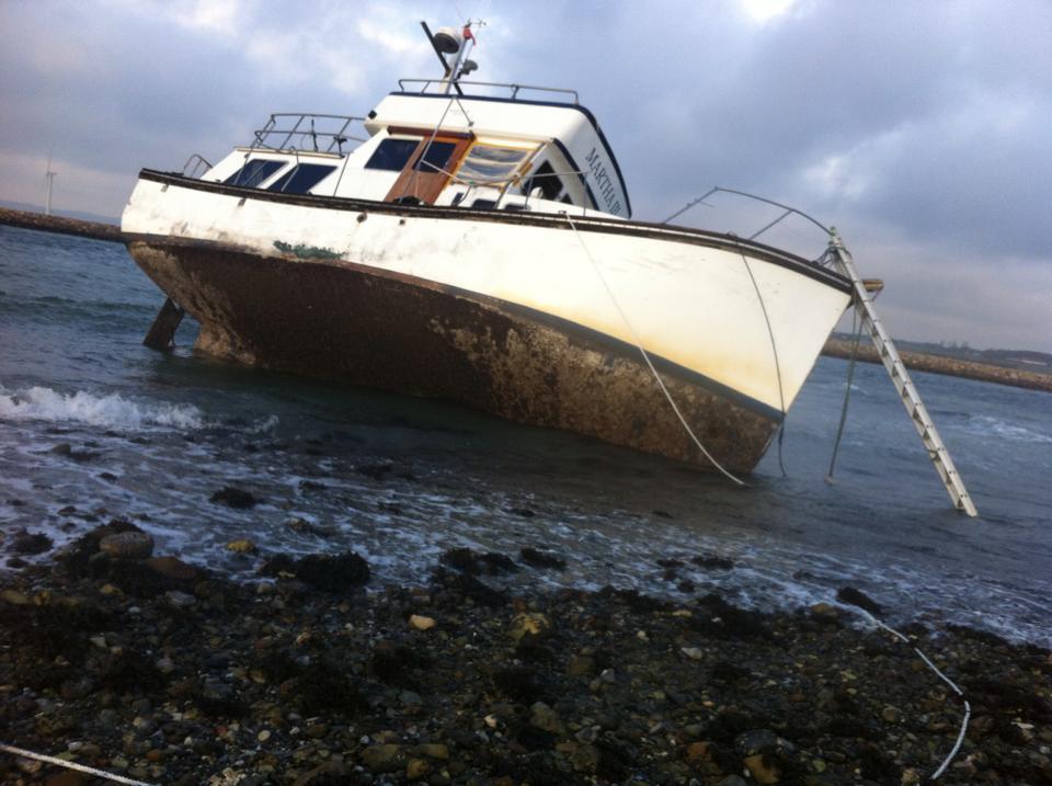 Motorbåd ligger på revet ved indsejlingen til Øer Havn. Foto: Dorthe Lemming