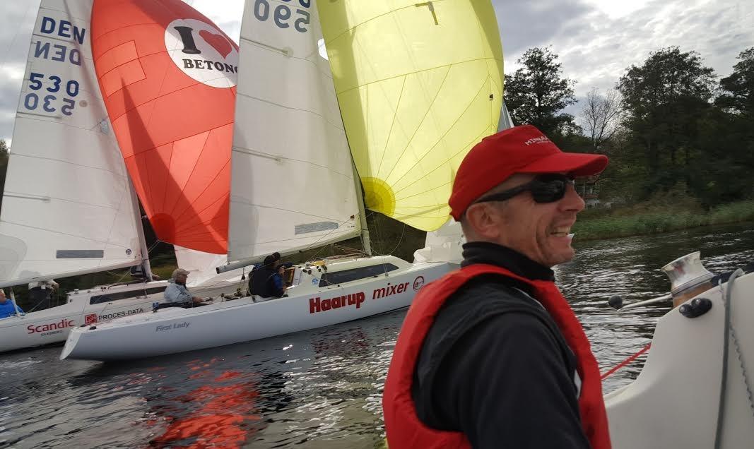 Ole Christensen med den gule spiler ses her i Djævleræs fra banen og ind til sejlklubben. To både gik på grund. Fotos: Troels Lykke