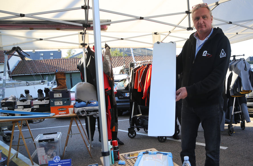 Michael Thaarup fra DinghyShop viser nyt glasfiber-ror frem til 29eren. Foto: Troels Lykke