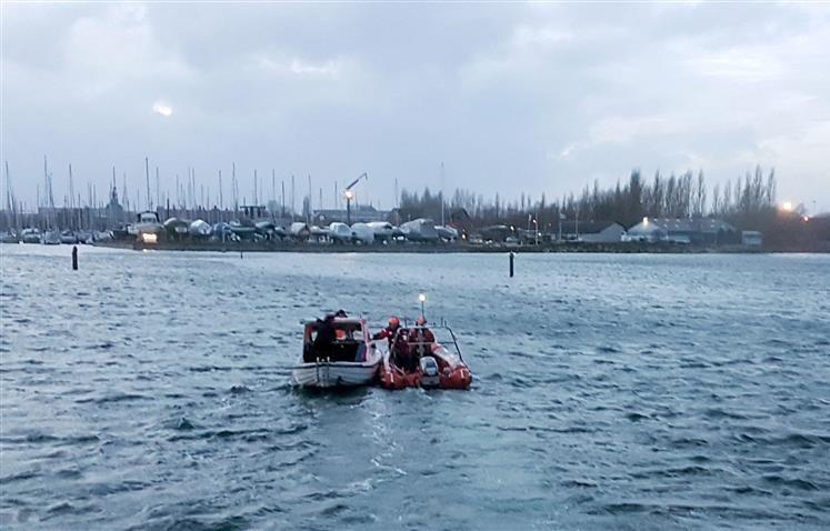 Hjemmeværnets gummibåd kom havaristen til undsætning. Foto: Sean Bugge.