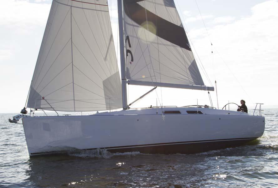 Nyheden Varianta 37 byder på et sporty skrog, dyb T- køl og semi balanceror.