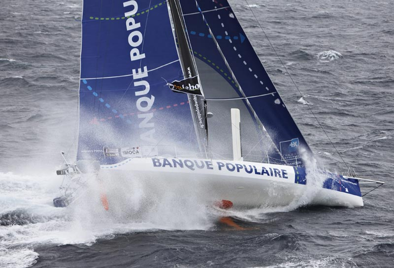 Armel Le Cléac'h i Banque Populaire fører i den samlede stilling. Foto: voile.banquepopulaire.fr
