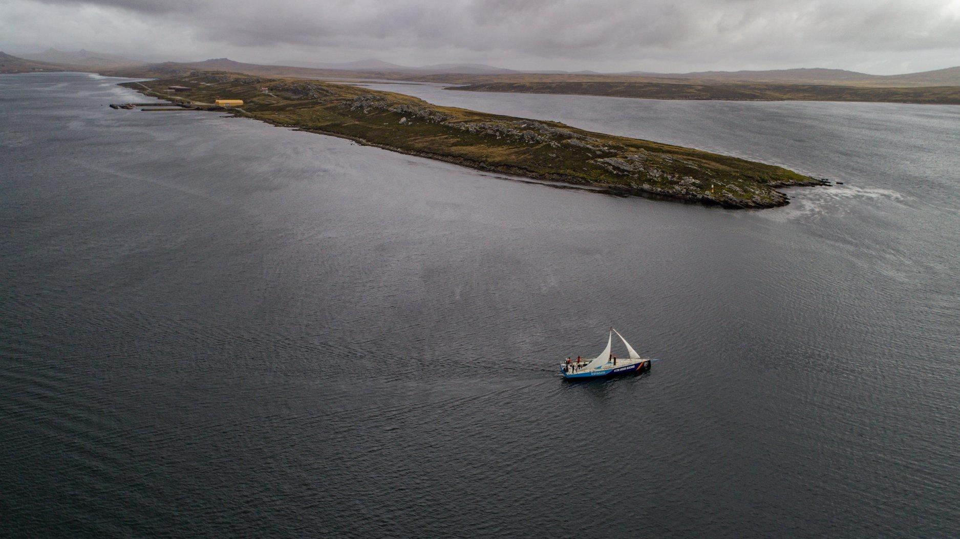 Med en lav nødrig og motor sejler Vestas mod Brasilien. Scallywag er flere dage efter. Foto: Vestas 11th Hour Racing