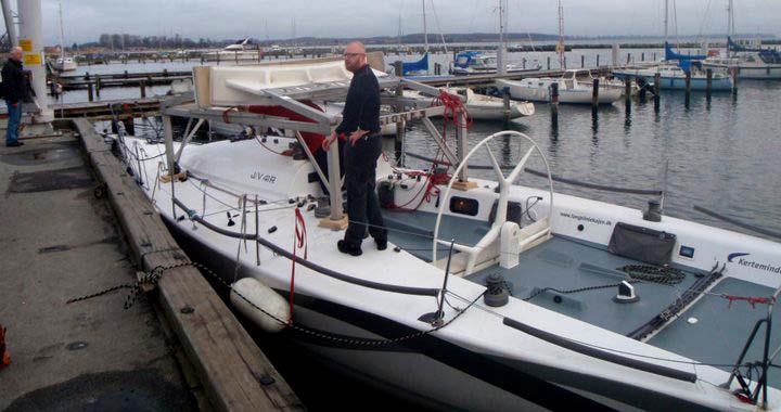Visione 3 i Kertminde, lige før den blev sejlet til Holbæk med et stativ på dækket. Foto: Henrik Jørgensen
