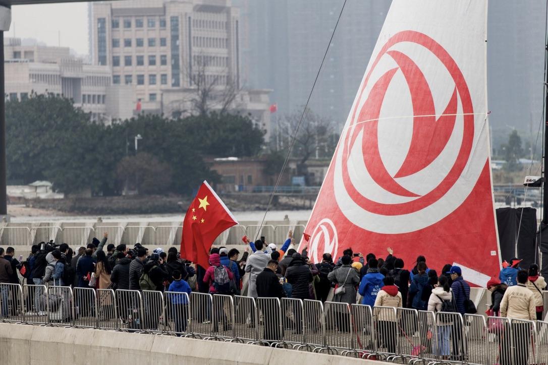 Det er det kinesiske Dongfeng-team, publikum er kommet for at se. Foto: Pedro Martinez / Volvo Ocean Race