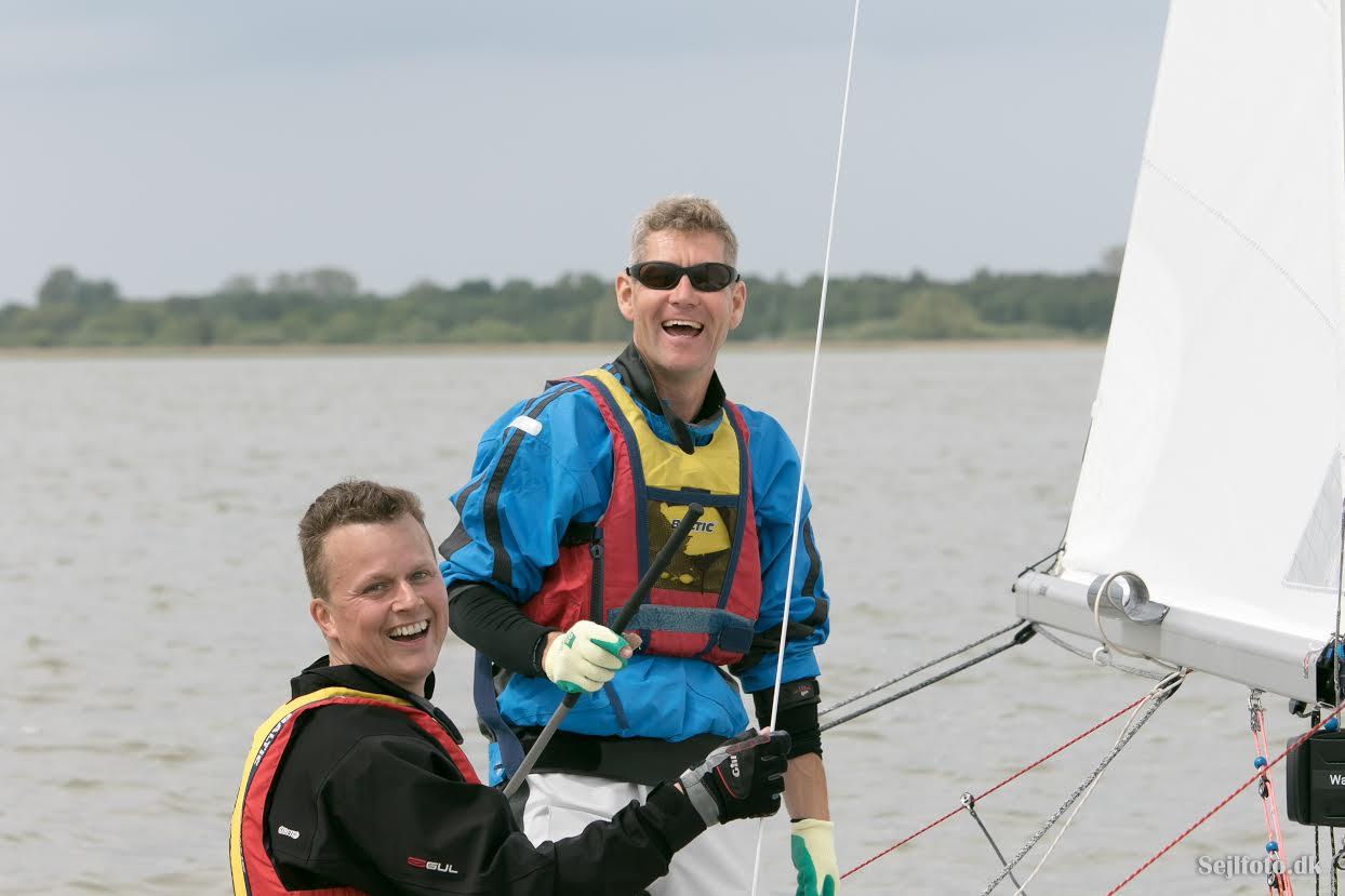 De store smil var fundet frem, da Anders Friis og Henrik Frengler efter sidste sejlads snuppede guldet. Foto: Søren Svarre