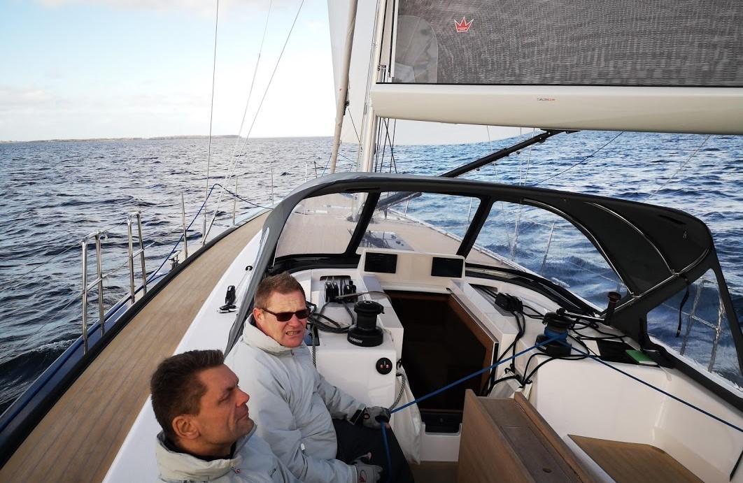 Sådan så det ud da vi satte den store gennaker på X46eren fornylig. Om bord ses her CEO Kræn Nielsen og sælger Kristjan Pigsborg Kristjansen. Foto: Troels Lykke