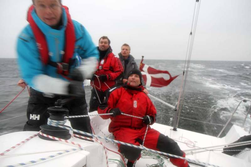 Vi sejler 14,5 knob her. Morten Brandt er ved rattet, som der var hård kamp om. Foto: Troels Lykke