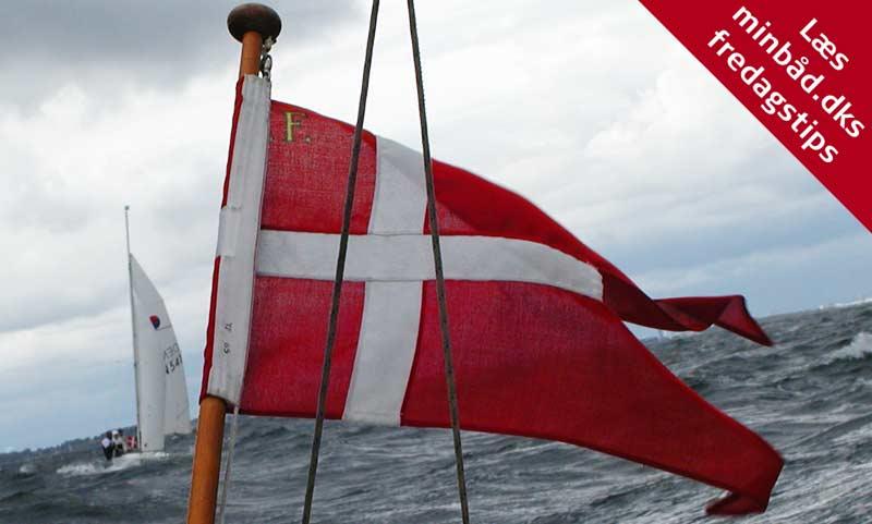 Sejler man en masse både sammen i en flotille, nedhales flaget samtidig på alle både, på signal fra f.eks. en bådsmandsfløjte. Foto. Katrine Bertelsen.