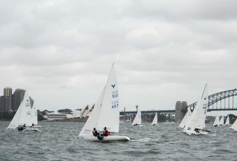 Danske Ynglinge-sejlere sender dagligt nyheder hjem fra sejlads foran den berømte Opera i Sydney, fortæller Mikkel Winston til minbaad.dk