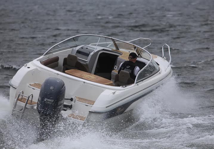 Båden stejlede ikke nævneværdigt under accelerationen, og udsynet var således intakt, uden at man skulle stå halvt oppe på det lille, polstrede sæde. Foto: Troels Lykke