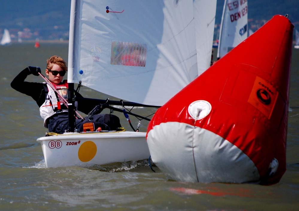 Anne Mette Laugesen er faktisk bedst i hård vind, men kunne også sejle i let, springende vind ved EM i Zoom8.