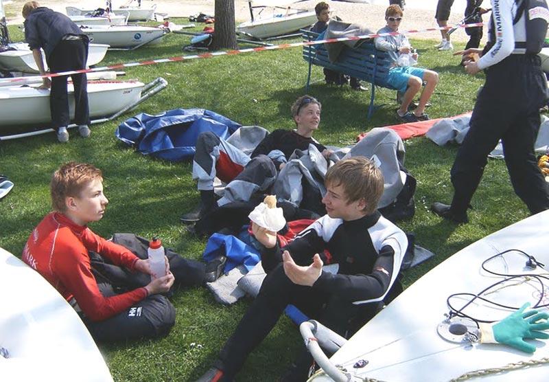 Et godt kammeratskab er alfa og omega for ungdomsarbejde. Her hygger nogle unge sejlere sig på en jolleplads til EM i Østrig.